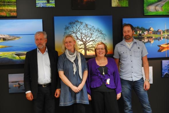 Bengt Hermansson och Jenny Stenberg, representanter från Fotomic, som står för tillverkningen av utställningen, samt Mona Grönqvist, flygstationschef och undertecknad.